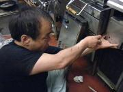 厨房機器を分解する大類.jpg